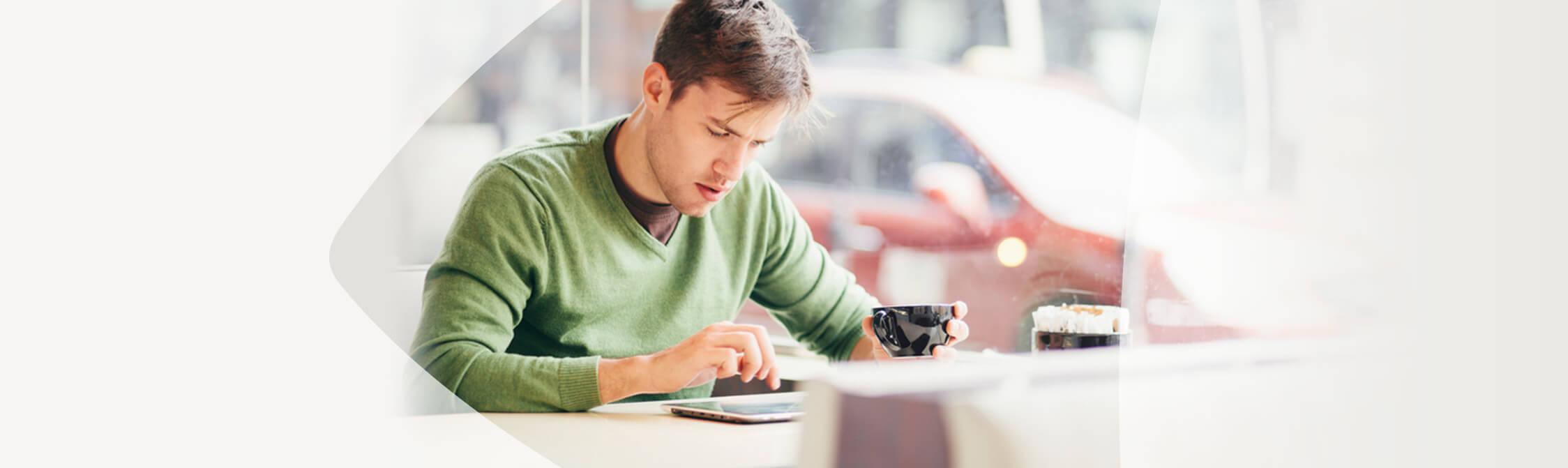 Man zit in een café en raadpleegt het internet