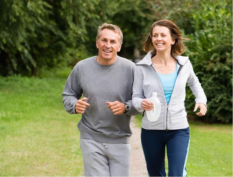 Twee joggers lopen door het par